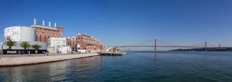 中央Tejo、历史能源厂、当前电博物馆和25 de Abril桥梁 免版税库存图片