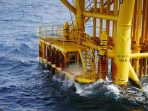 击中小船着陆和生产槽孔的高波浪 免版税库存照片
