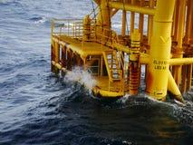 击中小船着陆和生产槽孔的高波浪 库存图片