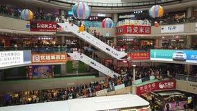 中山中国1月1,2018:参观一大购物中心的许多消费者新年假日 股票录像