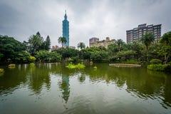中山公园的台北101和池塘,在台北,台湾 免版税库存照片