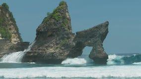 击中岩石的巨大的波浪在海洋在努沙Penida海岛,印度尼西亚上的Atuh海滩 股票录像