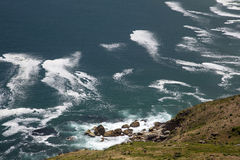 击中岩石的波浪在岸在开普角 库存照片