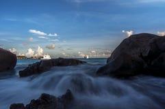 击中岩石的波浪在Similan海岛,泰国 免版税库存图片