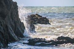 击中岩石的海 免版税库存图片