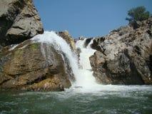 击中岩石的瀑布在旅游地方hogenakkal班格洛 免版税库存图片