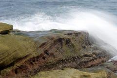 击中岸岩石的海波浪 库存图片