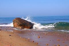 击中巨石城的波浪 免版税图库摄影