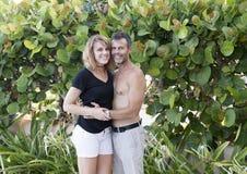 中年丈夫和妻子富感情的姿势的 库存照片