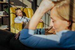 中年不幸的夫妇有危机在他们的关系 免版税图库摄影