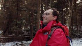 中年人徒步旅行者在木头丢失了 股票录像