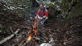 中年人由火坐在森林里 影视素材