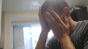 中年人疲乏的大问题在审阅体验的工作重音 人不快乐的藏品他的头 ?? 影视素材