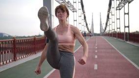 中年女子实践的空手道在城市 股票视频