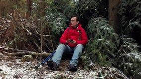 中年男性徒步旅行者放松 影视素材