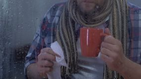 中年男性遭受的流感,饮用的茶和打喷嚏,流行性感冒接种 股票视频