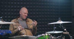 中年音乐家旋转的鼓槌在一只手上 影视素材