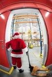 中心克劳斯配电器门礼品圣诞老人 免版税库存照片