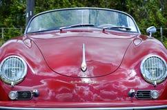 中心前面红色葡萄酒减速火箭的1958年保时捷356 Speedster体育汽车 免版税库存照片