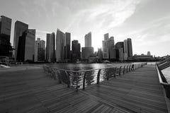 中心商务区地平线的看法从浮动路易威登商店的小游艇船坞海湾的铺沙新加坡 免版税图库摄影