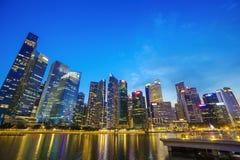 中心商务区新加坡市大厦微明的 图库摄影