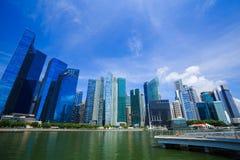 中心商务区新加坡市大厦有蓝色s的 免版税图库摄影