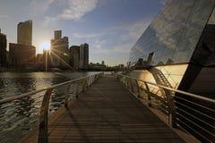 中心商务区日落视图从浮动路易威登商店的小游艇船坞海湾的铺沙新加坡 免版税库存图片