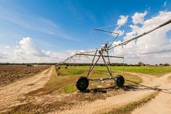中心在轴上旋转的灌溉系统 库存照片