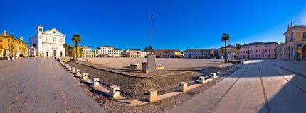 中心广场在帕尔马诺瓦全景镇  库存照片