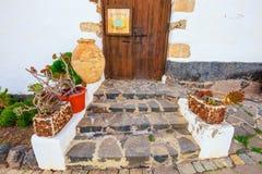 中心广场在费埃特文图拉岛海岛,西班牙上的贝坦库里亚村庄 库存图片