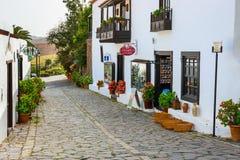 中心广场在费埃特文图拉岛海岛,西班牙上的贝坦库里亚村庄 免版税库存照片