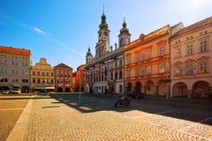中心广场有在日落的城镇厅和钟楼视图 图库摄影