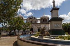 中心广场的大教堂在利昂 免版税库存照片