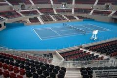 中心现场室内体育场网球 库存图片