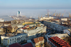 中心的历史部分的傲德萨和傲德萨海港的顶视图在与雾的一个晴天 免版税库存照片