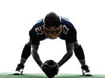 中心美国橄榄球运动员人剪影 库存图片