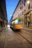 中心街道,电车长的曝光在米兰,伦巴第区,意大利 库存照片