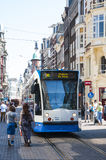 中心运行电车的城市步行者 图库摄影