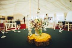 中心部分婚礼细节在婚礼桌上的 库存照片