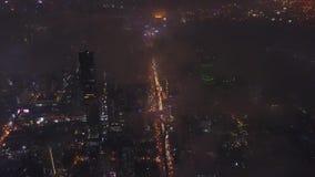 中心鸟瞰图的美丽的摩天大楼 现代市中心在晚上 美好的夜镇风景 股票视频