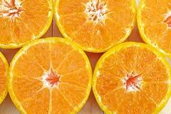 中心(选择的焦点在左边在si下的)的橙色一半 库存照片