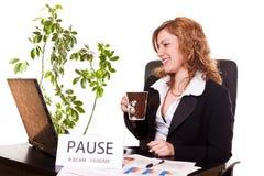 中断享用她的女实业家咖啡 免版税库存图片