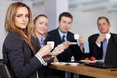 中断企业他们咖啡的小组 免版税图库摄影