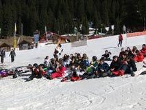 中断午餐学校滑雪学员 库存图片