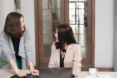 中断咖啡复制杯子深度服务台领域膝上型计算机办公室浅空间白色 女工说闲话 免版税库存照片