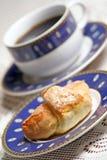 中断咖啡新月形面包甜点 免版税图库摄影