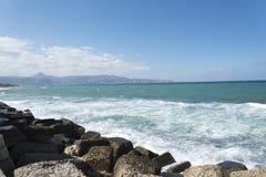 中断在一个石海滩的通知,形成浪花 挥动并且飞溅在海滩 失败在岩石上挥动 免版税图库摄影
