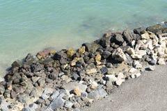 中断在一个石海滩的通知,形成浪花 挥动并且飞溅在海滩 失败在岩石上挥动 库存图片