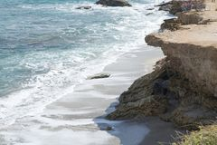 中断在一个石海滩的通知,形成浪花 挥动并且飞溅在海滩 失败在岩石上挥动 免版税库存图片