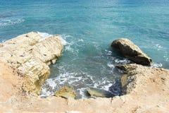 中断在一个石海滩的通知,形成浪花 挥动并且飞溅在海滩 失败在岩石上挥动 免版税库存照片